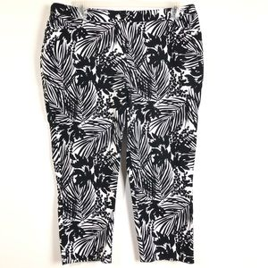 LANE BRYANT CAPRI PANTS SIZE 20 BLACK AND WHITE